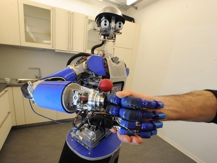 アーマー-III(ARMAR-III)。ヨーロッパ各国によるコンソーシアムによって計画が始まった家事手伝いなどを想定されるロボット。制作自体はドイツにあるカールスルーエ工科大学で行われたとのこと。花に水などを注げる。