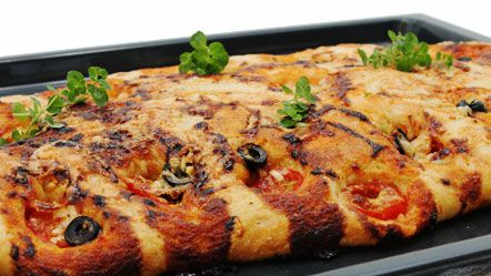 Focaccia met olijven en tomaat - Recepten zoeken