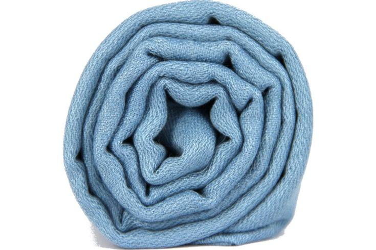 L'écharpe de couleur bleue claire aux doux reflets de pastel. Light blue wool pashmina scarf shawl, stole.