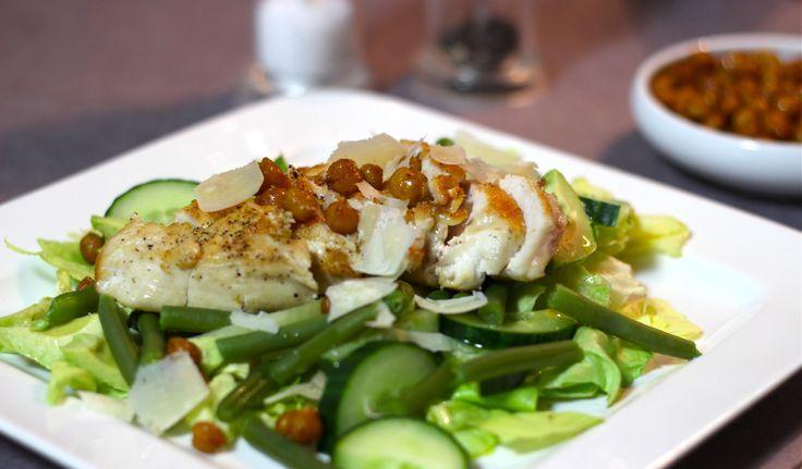 """Croutonsworden vaak aan salades toegevoegd. Nu kun je met brood aan de slag gaan, maar ook gezonde croutons maken van kikkererwten. Je brengt ze op smaak met kruiden en in de oven worden ze vervolgens lekker krokant. Deze salade bevat naast geroosterde kikkererwten ook gebraden kipfilet en drie soorten groene... <a href=""""http://cottonandcream.nl/kipsalade-met-geroosterde-kikkererwten/"""">Read More →</a>"""