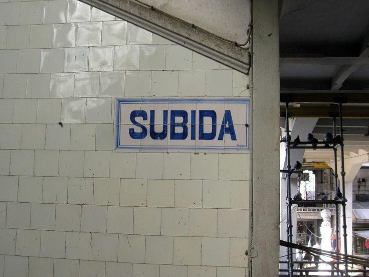 """10.   2008.02 - """"SUBIDA"""" sinalética em azulejo, no interior do Mercado do Bolhão."""