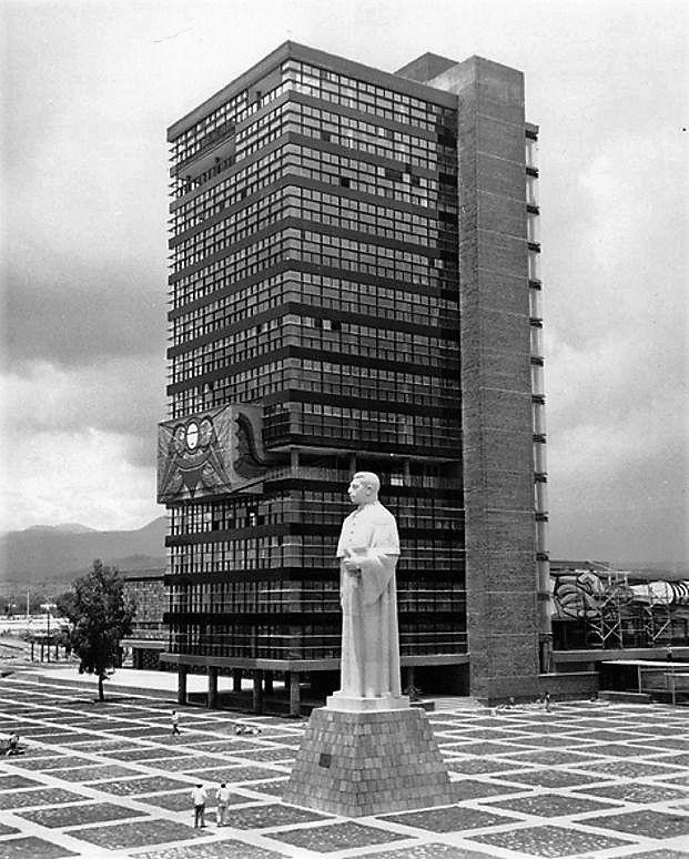 Estatua de acero de Miguel Alemán, 1952, dinamitada por tercera vez en 1966.