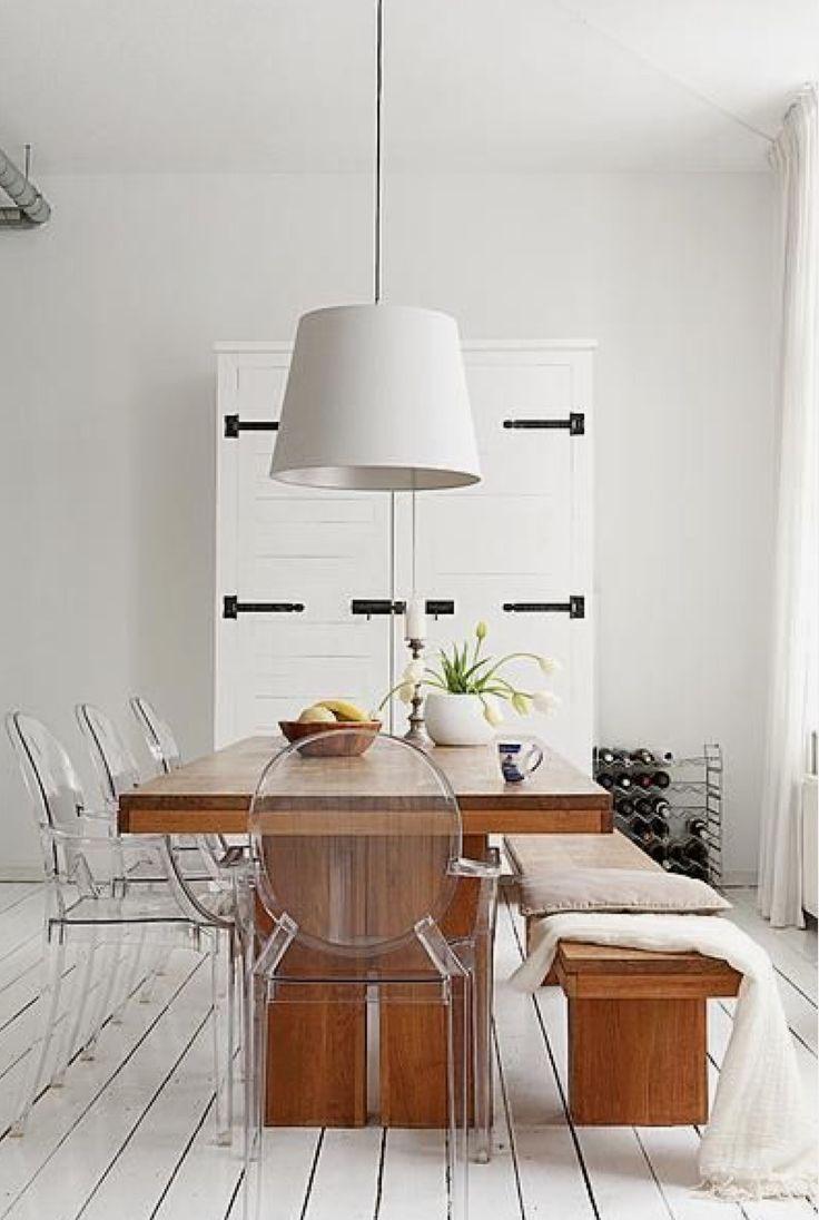Le blanc, un choix pour mettre en valeur meubles classique et design. Une belle table en bois avec d'élégants fauteuil transparent. Fauteuil Ghost. (photo_web: lindsaycharlotte)