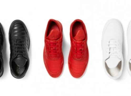 Mr. Porter en Filling Pieces hebben de laatste weken weer samengewerkt aan een nieuw Low Fuse model. Deze nieuwe schoen is gebouwd op de splinternieuwe Ghost Sole die het populaire Amsterdamse footwear label introduceerde voor haar Spring Summer 16 campagne en is afgewerkt met een lederen upper en een stitch-and-return lining techniek die zorgt voor een cleane look.De schoenen zijn verkrijgbaar in het rood, zwart en wit. Bestel ze nu bij MRPORTER.COM voor 250 EUR.