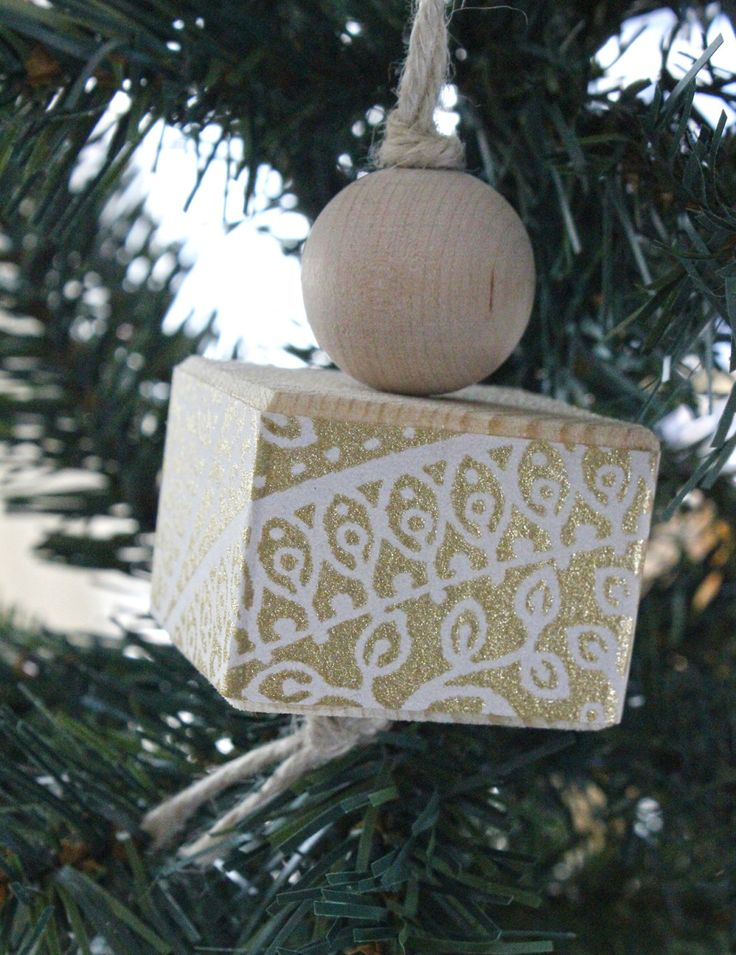 Addobbo da appendere all'albero di Natale o come decorazione per la casa. In legno e carta da parati bianca e oro con fantasia mandala. di IlluminoHomeIdeas su Etsy