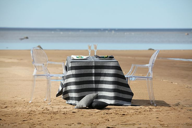 Finnish summer luxury: blue sky, sandy beach, a private setting for two with beautiful table linen. www.pisadesign.fi Suomalaista luksusta: sininen taivas, hiekkaranta, pellavaliinalla kattaus kahdelle.