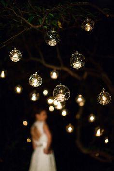 Photo: Genevieve Nisly L'idée lumineuse du soir: Des boules transparentes à suspendre à différentes hauteurs, un peu partout, avec une petite lampe LED à l'intérieur. L'ambiance rendue est vraiment...