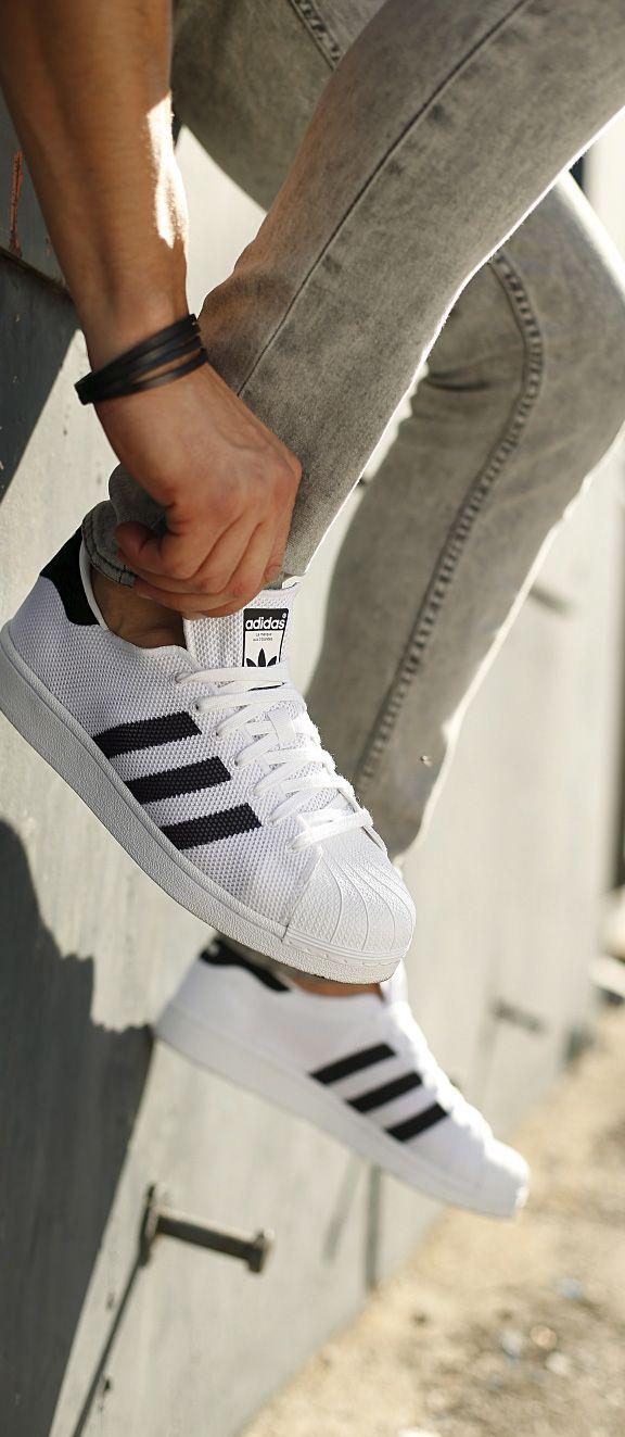 Cleanes Design mit charakteristischem Drei-Streifen-Logo - der »Superstar Bounce« von adidas Originals begeistert jeden Sneakersfan! Tipp: Das coole Design passt ausgezeichnet zu allen Lieblingsjeans oder lässigen Trainingsoutfits. Diese Herrenschuhe wollen getragen werden – und zwar oft!