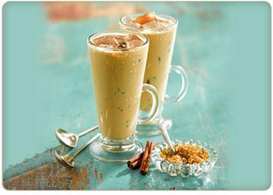 """""""Café helado a la canela"""" Porciones: 6 Ingredientes: • 3/4 de taza de café Tostado • 1 cucharadita de canela molida • 3 tazas de agua fría • 1 lata de leche condensada azucarada • Cubos de hielo Instrucciones 1. Mezcla el café molido con la canela. Prepáralo en una cafetera de filtro o presión con las 3 tazas de agua limpia y fría. 2. Vierte la leche condensada en una jarra. Añade el café caliente, revolviendo hasta que quede bien mezclado. 3. Sirve la mezcla de café en vasos altos o tazas…"""