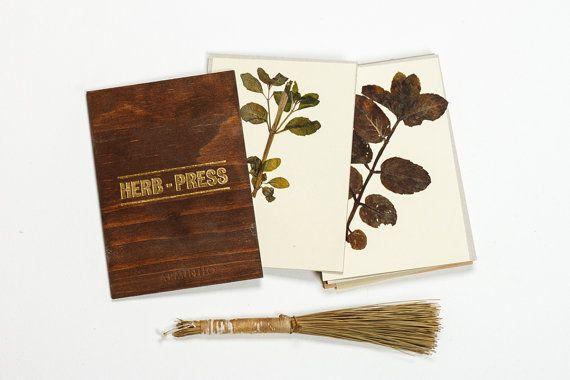 KRAUT-PRESSE  Im Alter von dunklem Holz zurück und Frontabdeckung. Mit dieser Presse Sie können sammeln Blumen, Blätter und Pflanzen, ist der beste Weg, um zu trocknen und glätten sie vor der Archivierung in ein Herbarium. Blattgold-Buchdruck gedruckt Abdeckung, kommt mit 8 Pappe Blätter einzeln zu drücken, die Pflanzen und die Gummibänder es dicht zu halten.   -5 x6.8 (12, 5 cm x 17, 5cm); -8 Karton 2mm Blatt - Recycling - grau Farbe; -Hardcover in Kiefer-Sperrholz; -Buchdruck gedruckt…