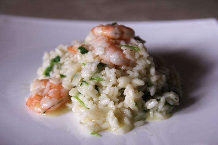 В сотейнике или кастрюле растопите смесь оливкового и сливочного масла.