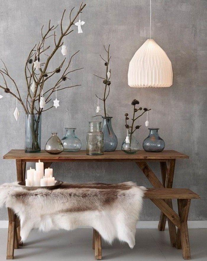 Ik houd van deze look, de rustige wand in grijs marmerstuc, de mooie vazen en de natuurlijke accessoires.
