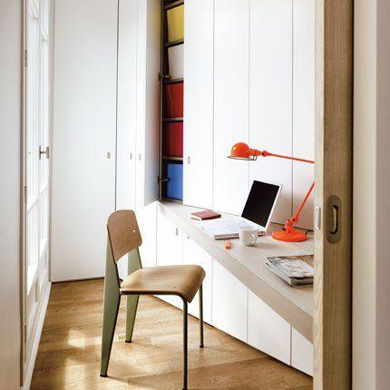 Un bureau dans les angles perdus------chaise de jean prouvé et lampe Jiéldé --------le bureau se ferme avec une porte coulissante
