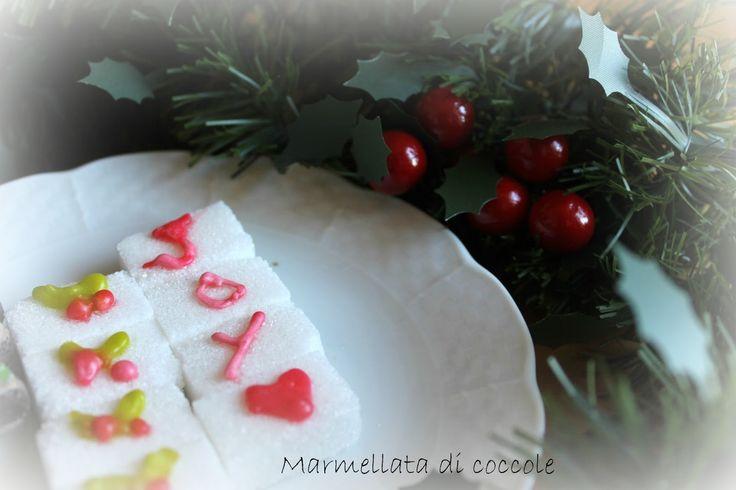 Avete cominciato a pensare a Natale?? Casa mia si sta trasformando, neanche fosse la casa di Babbo Natale!!! Oggi abbiamo preparato delle zollette di zucchero decorate&#8230…