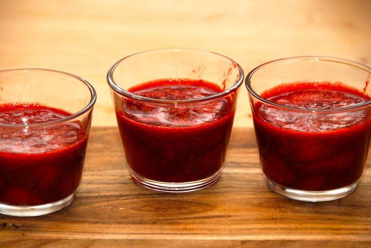 Jordbær kan på få minutter blive forvandlet til denne skønne dessert. Her er anvendt frosne bær, som koges med rørsukker og vaniljesukker. Denne lækre jordbær dessert laver du af: 400 gram frosne j…