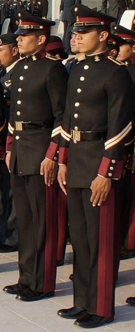 Uniforme de gala de cadetes del Heroico Colegio Militar / Cadets' service dress uniform of the Heroic Military College of Mexico.
