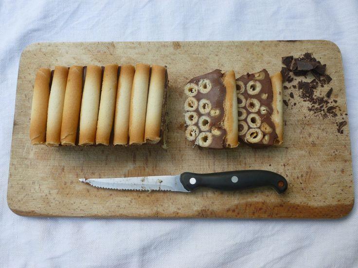 Recette Terrine au chocolat et cigarettes russes : Hacher le chocolat.Dans une casserole, faire bouillir le lait et la crème.Hors du feu, ajouter le chocolat haché, mélanger.Laisser reposer 20 sec puis remuer au fouet pour obtenir une ganache lisse et brillante.Garnir de film alimentaire un petit...