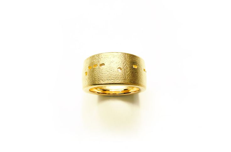 Kay Eppi Nölke's jewelry bespeaks primal as well as present methods of adornment.  Morsering -JETZT- [Morse ring - NOW -] with Morse code, 2007. 750 gold, W 1,02 cm.
