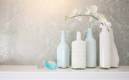Botellas de vidrio con pintura de latex. Se mete pintura dentro de la botella y se mueve hasta que esté todo cubierto.