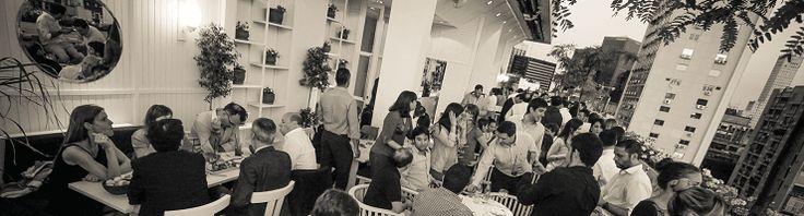 Terraza de Sky Bar Buenos Aires con gente comiendo en las mesas