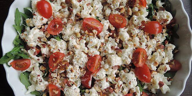 Cremet blomkålssalat med cherrytomater, rucola og ristede hasselnødder, der giver lidt ekstra knas.