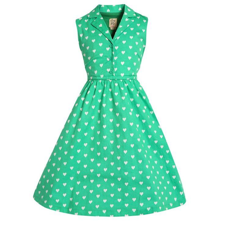 Šaty Lindy Bop Mini Matilda Green Heart I docela malé slečny chtějí být krásné a co nejvíce se podobat své mamince. Mini kopie dámských retro šatů ve stylu 50. let vhodné na svatbu, dětskou párty, narozeninové focení či slunečné letní dny. Krásná výrazně zelená barva posetá bílými srdíčky, košilový střih s límečkem, v pase gumička a pásek na uvázání, boční kapsy. Příjemná silnější, strečová bavlna s podílem elastanu (97% bavlna, 3% elastan).