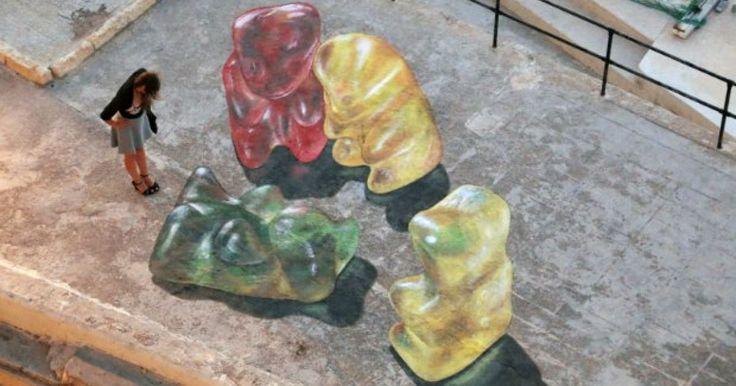 Leon Keer es el nombre de este maravilloso artista callejero quien se ha encargado de crear en diferentes ciudades piezas únicas que conviven con la ciudad y la hacen más divertida. Cada una de ellas está hecha con gises y cobran vida cuando las vez desde otra perspectiva distinta a la que acostumbras, puede que a primera vista no distingas su forma pero creerlo que alguien desde otro lugar te esta viendo como parte de ella. Peliar con gomitas gigantes o ganar en una guerra de legos son…