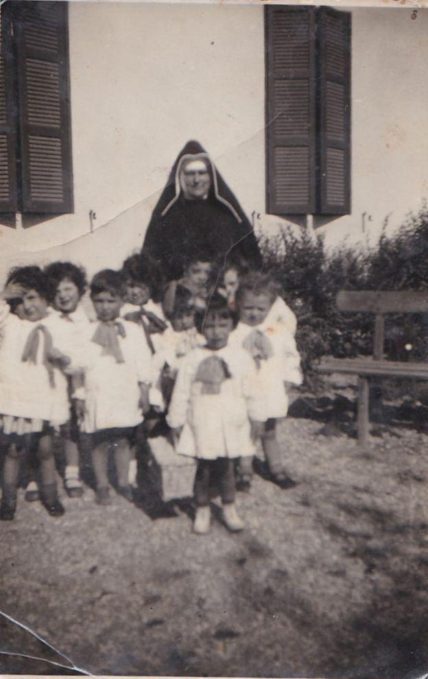 Maria (la bimba col cestino davanti alle altre) all'asilo di Ostia Antica (anni '40)