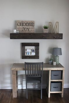 This home office desk is an easy build! Erin at @hardyhomereno shares the free DIY plans on buildsomething.com