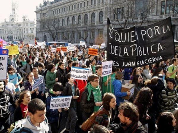 Los estudiantes españoles salen a la calle contra el ajuste de Rajoy