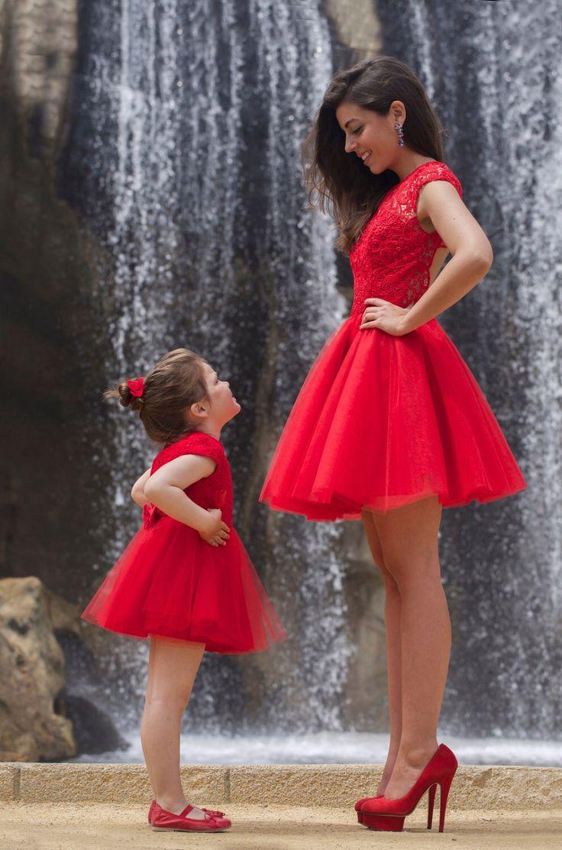 Prachtige rode korte jurk met rok van tule en top bewerkt met kant. Voorzijde.