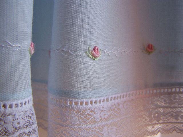 .: Costura Artesanato, Beautiful Embroidery Looks, Beautiful French, French Hands, Hands Stitches Curtains, Inspiration Perfect, Hands Sewing Hemmings, Embroidery Inspiration, Ofb Dresses
