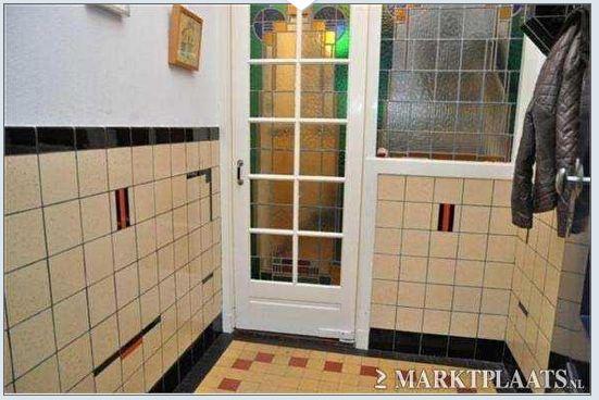 Tegels op wanden en vleor in de hal van een jaren 39 30 huis ook glas in lood deuren te zien - Deco gang huis ...