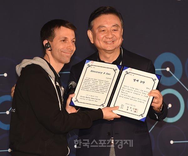 인공 지능 '알파고'-'명예 프로9단증 수여' - 한국스포츠경제