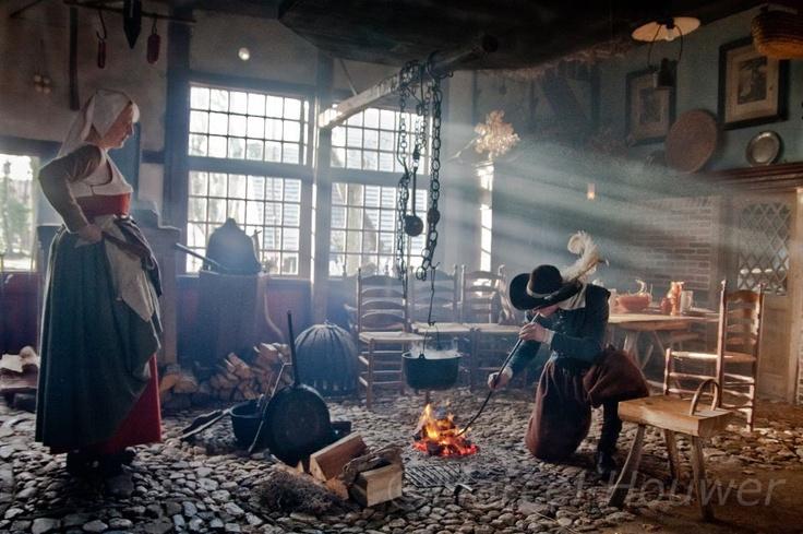 Vandaag en zondag 30 december wordt in Museum en Herberg Erve Kots een Midwinterfair gehouden. Op het museum terrein heeft de Compagnie van Grolle haar kamp opgeslagen. Deze groep beeld het dagelijkse leven uit de 17de eeuw uit. Voor een oud huis staat smid en er vinden exercities plaats. De vrouwen zijn eten aan het koken (in het huis) en kleding aan naaien. Bekijk meer foto's http://iturl.nl/sniME –
