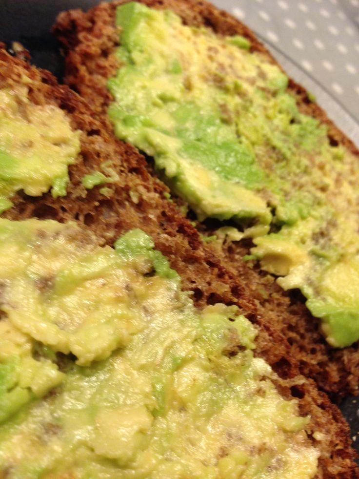 Avokado ei ole minun suosikkini. Opettelen syömistä sen ravinto-ominaisuuksien vuoksi. Viikonlopun aamiaisleivissä se toimittaa leipärasvan virkaa. | © Satuhetki