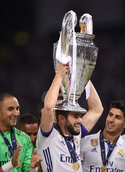 Real Madrid's Spanish defender Nacho Fernandez lifts the trophy after Real Madrid won the UEFA Champions League final football match between Juventus and Real Madrid at The Principality Stadium in Cardiff, south Wales, on June 3, 2017. / AFP PHOTO / Filippo MONTEFORTE