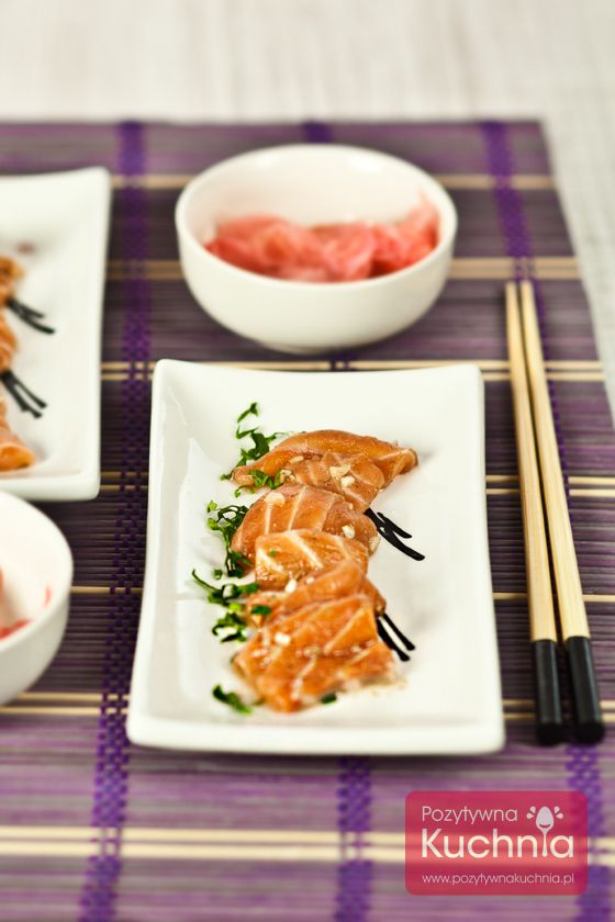 Łosoś marynowany - #przepis na #przekaski imprezowe czyli #ryba #losos na surowo, w octowo-sojowej marynacie z cebulką  http://pozytywnakuchnia.pl/losos-marynowany/  #kuchnia