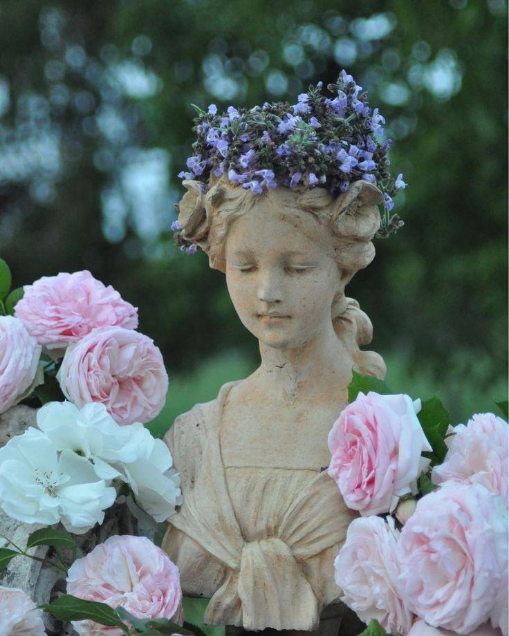"""386 mentions J'aime, 48 commentaires - Des pensées au jardin 🍃 (@des.pensees.au.jardin) sur Instagram: """"Flore est arrivée à la Maison du Cœur... Une couronne de sauge réalisée par Maya et de belles roses…"""""""