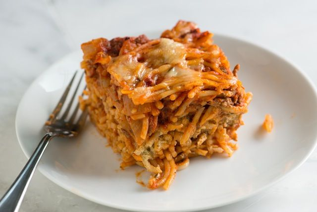 Σπαγγέτι+με+κιμά,+πικάντικη+σάλτσα+και+μοτσαρέλα+στο+φούρνο