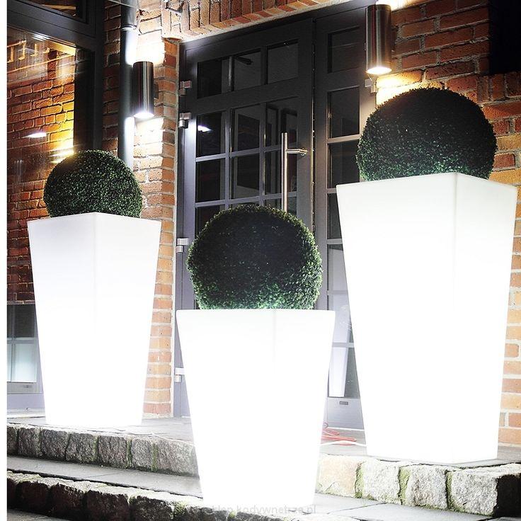 Donica Slim Line S - designerskie donice zewnętrzne z możliwością podświetlania od Monumo Donice Monumo zostały zaprojektowane z dbałością o każdy szczegół.Prosta i smukła sylwetka donicy idealnie dopełnistyl takich przestrzeni jak: hotele, restauracje,biura, sklepy, przestrzeń domowa oraz tarasy i ogrody.Kompozycje roślinne w donicach pozwolą stworzyćniezwykłą atmosferę i podkreślić walory estetycznearanżowanego miejsca. Największym atutemjest ich duża pojemność, z powodzeniem…