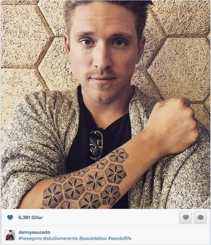 """Här visar Danny Saucedo upp sin nya tatuering. Men gadden uppskattas inte av alla - nu kritiseras sångaren på Instagram. """"Ingen riktig tatuering hoppas jag?"""" skriver en person."""