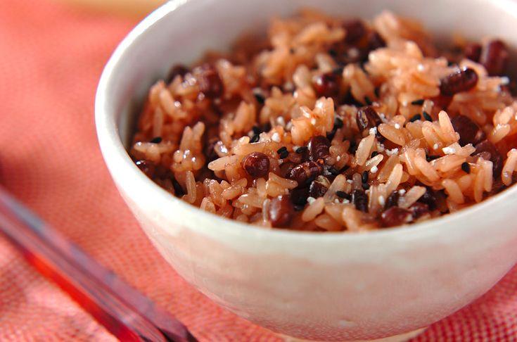 もち米100%で作る、お手軽赤飯。お祝い事やパーティーに是非。炊飯器で赤飯[和食/ご飯もの(寿司、ご飯、どんぶり)]2012.09.17公開のレシピです。