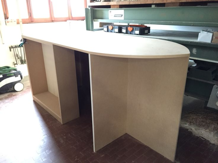 Costruzione di un letto rialzato, con piccola libreria, scrivania, piani frontali, e letto a forma di barca.   Costruzione della Struttura