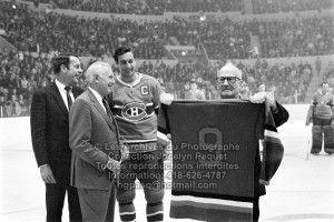 Le 21 septembre 1969, Jack Latter remet à Jean Béliveau le chandail numéro 9 des As de Québec que celui-ci portait à l'époque où il était membre de l'équipe.   Et le Colisée est plein.