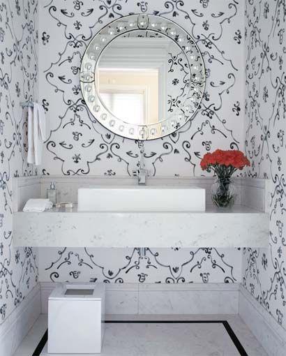 Lavabo branco e preto, mas o que me deixou encantada foi esse espelho. Muito lindo.