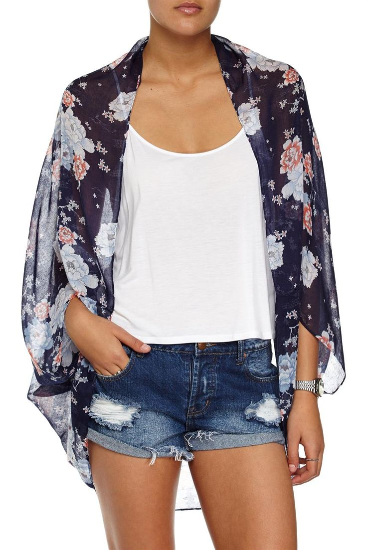 The Trixy Cocoon Kimono 2 is a lightweight loose fit kimono. Moden wears Womens: S. Composition 100% Polyester