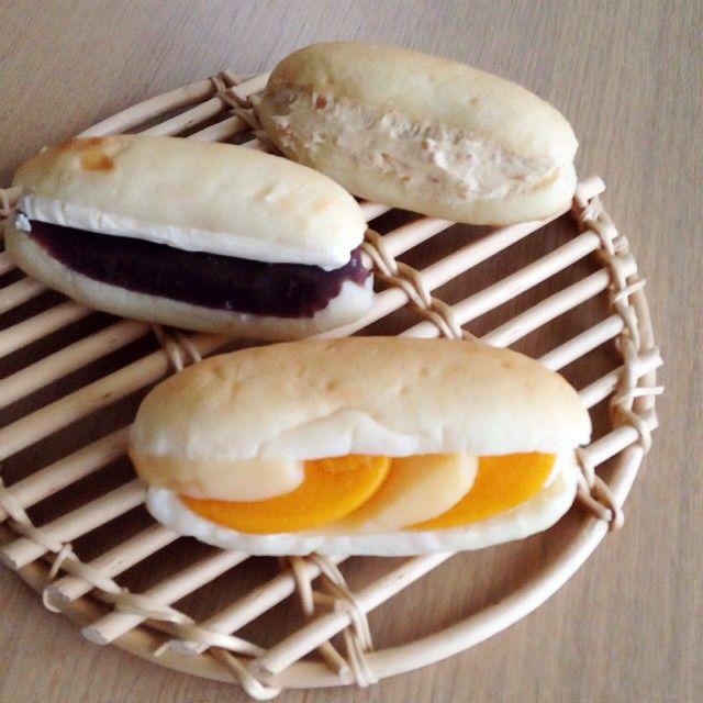 昔は給食のイメージも強かったコッペパン。デニッシュなどのおしゃれなスイーツ系パンも増えてくる中、その何にでも合うシンプルさが再び人気を集めています。東京を中心に、専門店まで出てくるほど。「コッペパンといえばここ」という話題の名店をご紹介します。