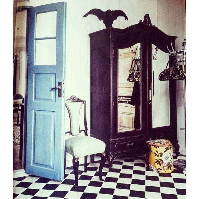 SnapWidget | Finns det någon som kan tipsa eller har till salu ett gammalt kläd/linneskåp i liknande stil som på bilden? Gärna med tre dörrar och spegel, max 180 cm bredd. Så slipper Mika bygga ett  #linneskåp #klädskåp #hallen #pampigt #antikt