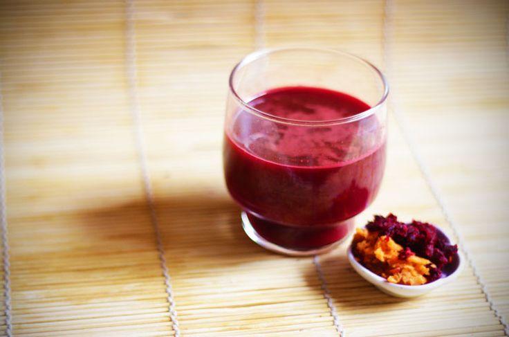 Oggi prepariamo un succo vivo buonissimo con un'altra verdura di stagione: la barbabietola rossa, o rapa rossa.